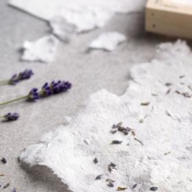 Büttenpapier mit Lavendelblüten