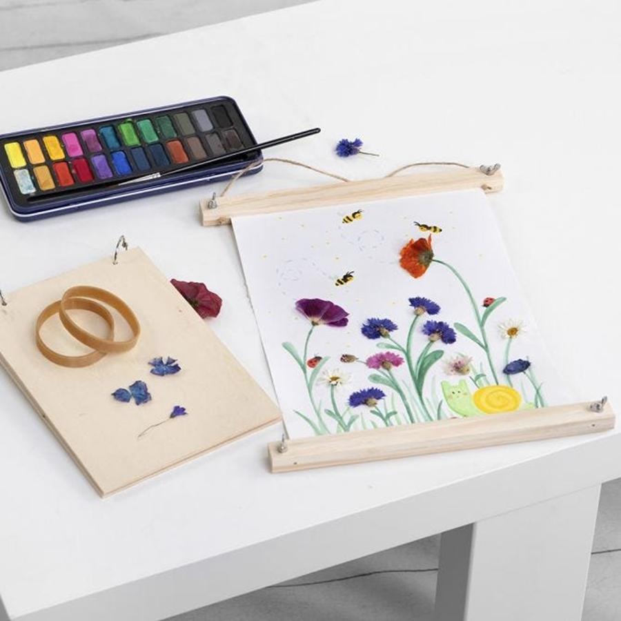 Aquarellfarben und ein Bild mit Sommerblumen
